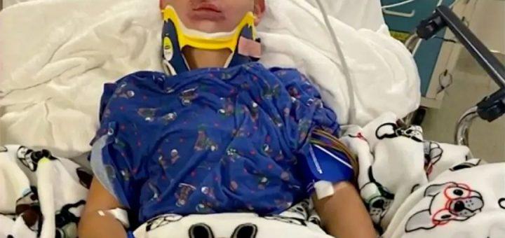恐怖,8岁男孩竟被安全带勒窒息,孩子在车上不要驼背或靠在窗上