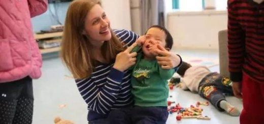 美国白人夫妇收养弃婴 苦心教他17年普通话 最后一看出生证呆了