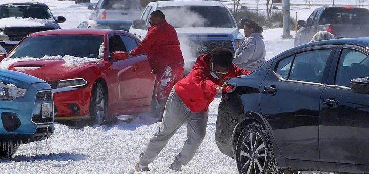 """冷冷冷!冬季风暴 """"尤里 """"过境,13人死亡,500万人断电,民众绝望躲进车里取暖"""