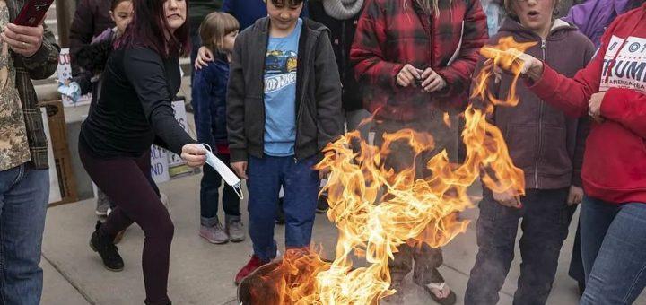 灾难! 美国多地解禁! 父母带着孩子当街烧口罩! 比基尼美女狂欢拥抱 疯狂开Party!